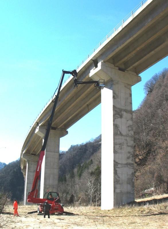 lavori sugli appoggi di una pila del viadotto