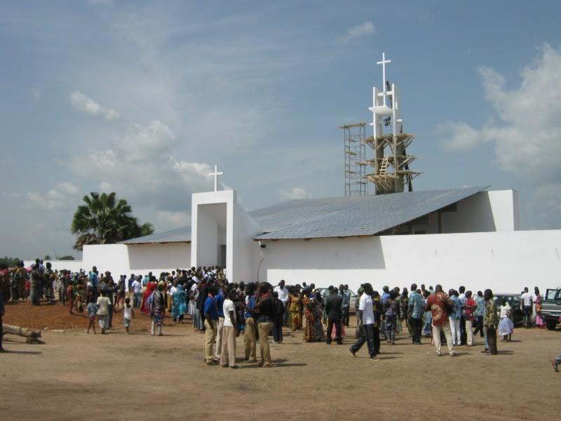 vista esterna chiesa con gruppo di fedeli