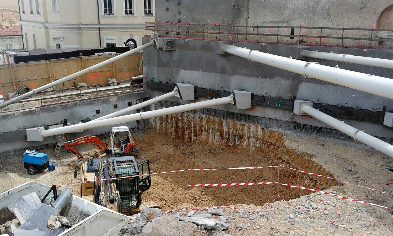 scavo e puntoni nel cantiere